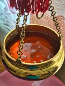 Mit Öl gefüllter Shirodhara-Topf